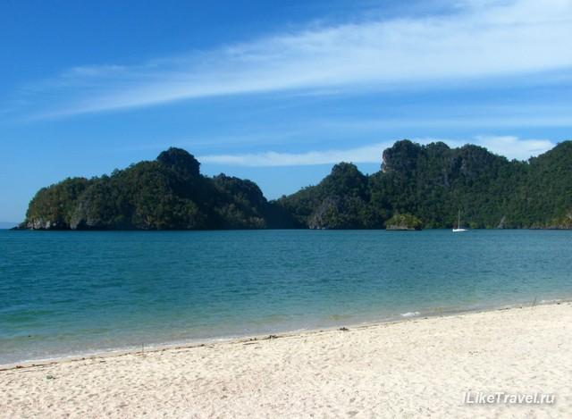 Чистейший песок и море широкая полоса