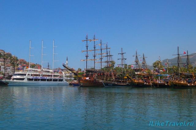 Туристические кораблики в порту Алании